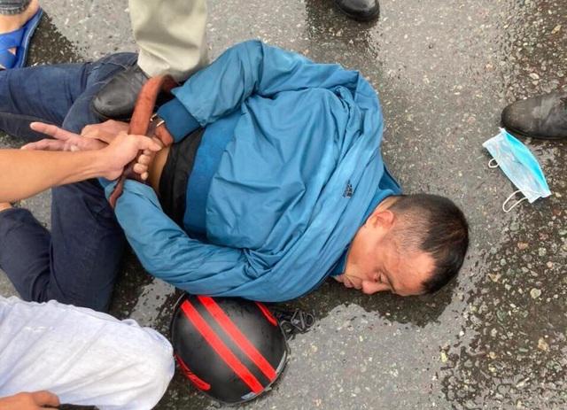 Kẻ cướp điện thoại bị quật ngã khi chạy ngang trạm kiểm dịch Covid-19 - 1