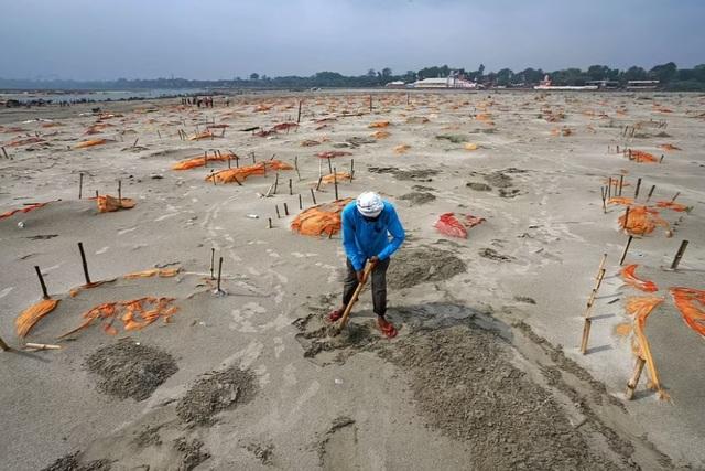 Vì sao những ngôi mộ dọc bờ sông Hằng ở Ấn Độ được dọn dẹp? - 1