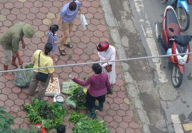 Bất chấp lệnh cấm, nhiều người lập chợ cóc bán hàng trên đường phố Hà Nội - 5