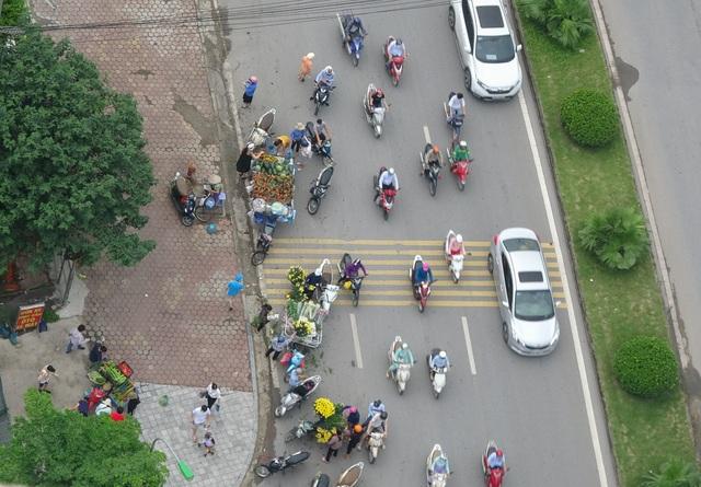 Bất chấp lệnh cấm, nhiều người lập chợ cóc bán hàng trên đường phố Hà Nội - 2