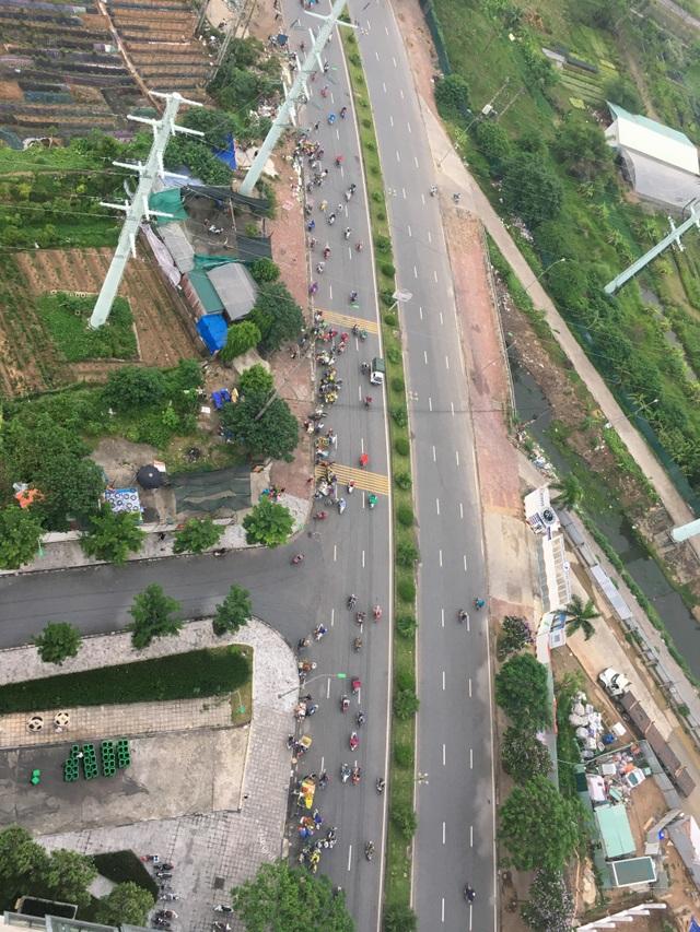 Bất chấp lệnh cấm, nhiều người lập chợ cóc bán hàng trên đường phố Hà Nội - 1