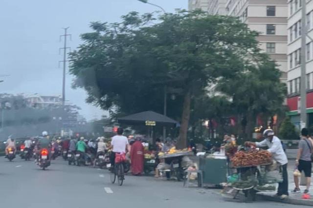 Bất chấp lệnh cấm, nhiều người lập chợ cóc bán hàng trên đường phố Hà Nội - 6
