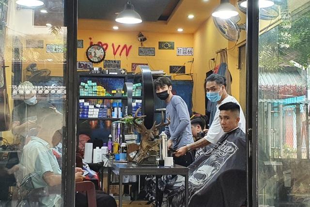 Hà Nội: Thợ làm tóc tất bật múa kéo trước giờ cấm hoạt động - 1