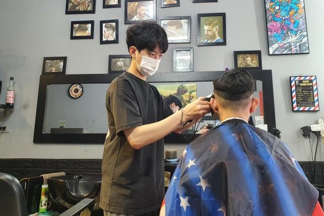 Hà Nội: Thợ làm tóc tất bật múa kéo trước giờ cấm hoạt động - 2