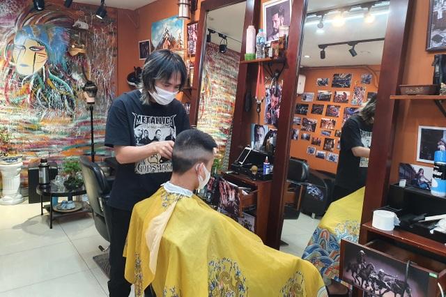Hà Nội: Thợ làm tóc tất bật múa kéo trước giờ cấm hoạt động - 3