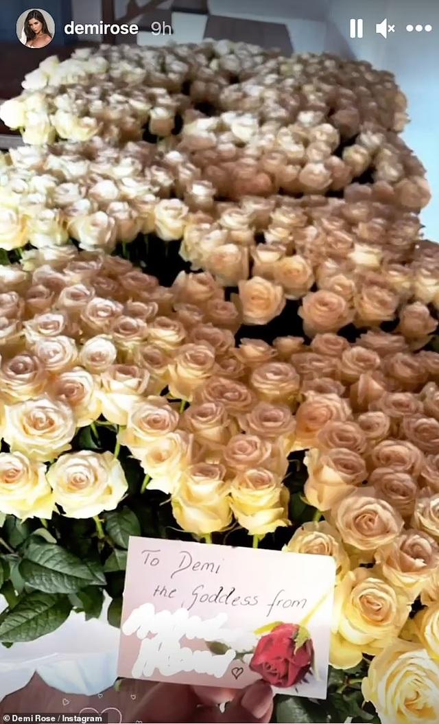 Mặc hở bạo, Demi Rose khoe hoa hồng khủng fans tặng