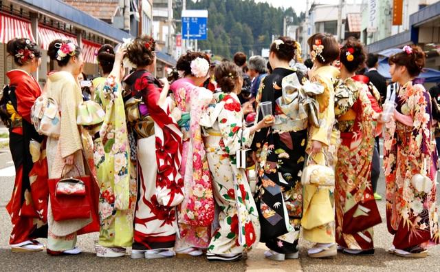 Về thủ phủ ngành dệt truyền thống hòa mình vào lễ hội kimono đầy màu sắc - 1