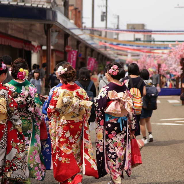 Về thủ phủ ngành dệt truyền thống hòa mình vào lễ hội kimono đầy màu sắc - 2