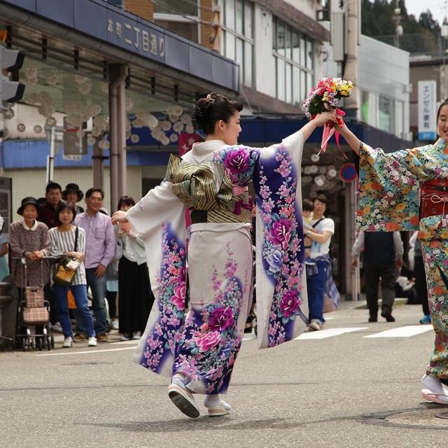 Về thủ phủ ngành dệt truyền thống hòa mình vào lễ hội kimono đầy màu sắc - 4