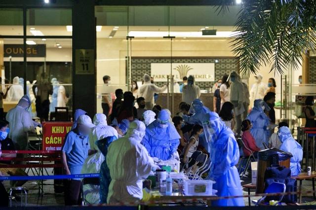Hà Nội: Xuyên đêm lấy mẫu xét nghiệm cho 3.600 cư dân Park 11 - Times City - 1