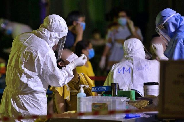 Hà Nội: Xuyên đêm lấy mẫu xét nghiệm cho 3.600 cư dân Park 11 - Times City - 2
