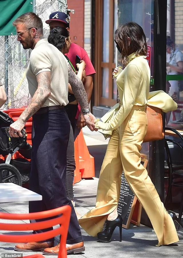 Vợ chồng Beckham nổi bật khi nắm tay trên phố - 1