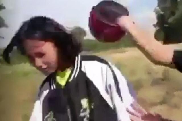 Bức xúc cảnh nữ sinh lớp 7 dùng mũ bảo hiểm đánh vào đầu bạn  - 1