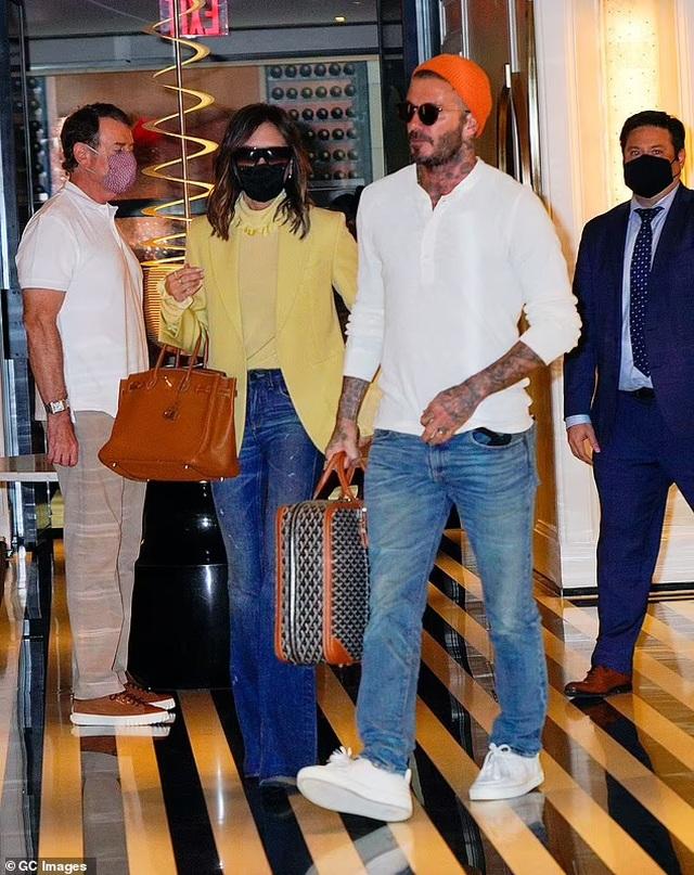 Vợ chồng Beckham nổi bật khi nắm tay trên phố - 7