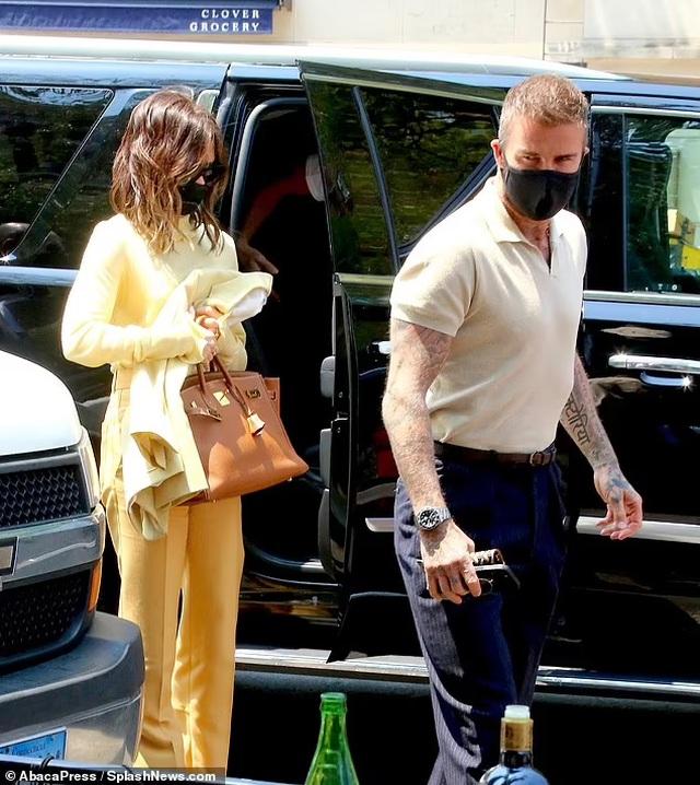 Vợ chồng Beckham nổi bật khi nắm tay trên phố - 4