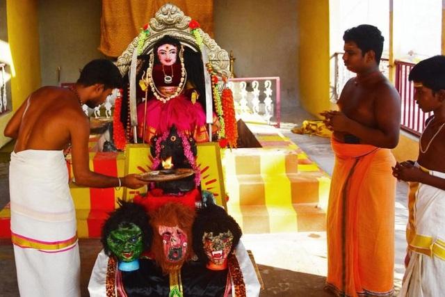 Dựng tượng nữ thần corona xua đuổi Covid-19 ở Ấn Độ - 1