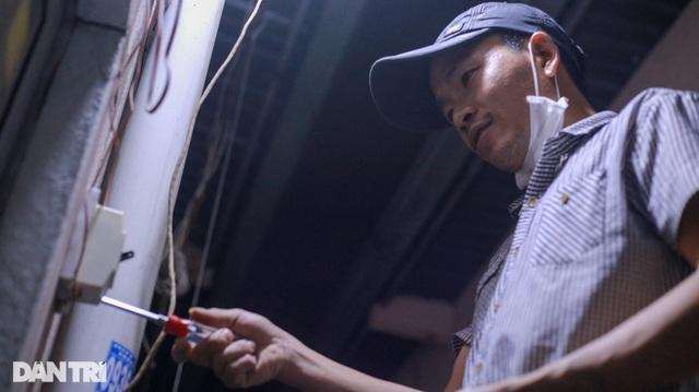 Khó khăn vì Covid-19, người lao động xoay đủ nghề xe ôm, thợ điện, phu hồ - 4