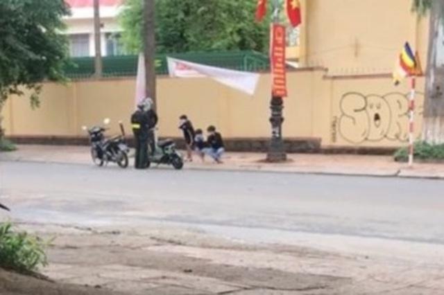 Hình phạt lạ cảnh sát cơ động dành cho 3 thiếu niên vi phạm giao thông - 1