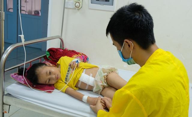 Thương bé gái 9 tuổi bị cắt lách, em trai đối diện tử thần cầu cứu sự sống - 4