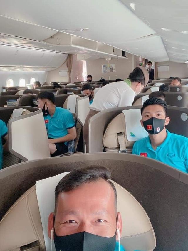 Đội tuyển Việt Nam mặc bảo hộ kín mít đặt chân tới UAE - 1