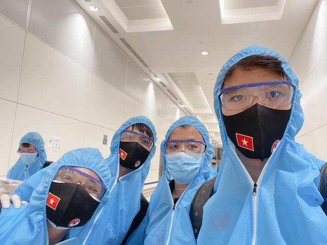 Đội tuyển Việt Nam mặc bảo hộ kín mít đặt chân tới UAE - 2