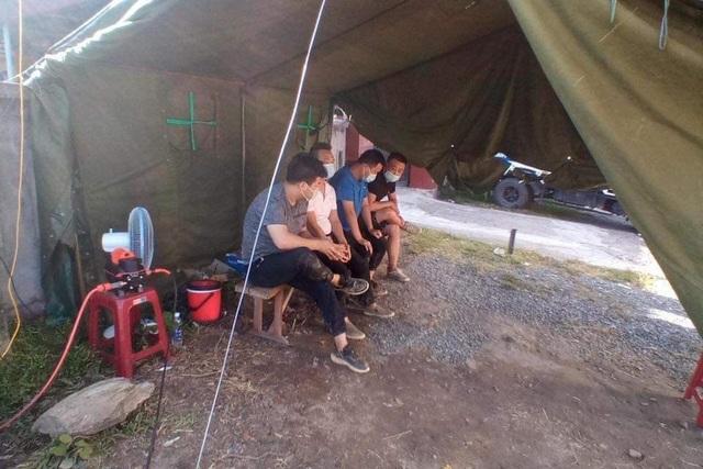 Bỏ 4 người Trung Quốc tại chốt kiểm dịch, 2 đối tượng phóng ô tô chạy trốn - 3