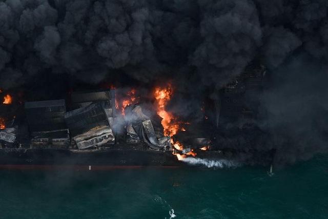 Cận cảnh tàu container chở axit cháy ngùn ngụt trên biển Sri Lanka - 1