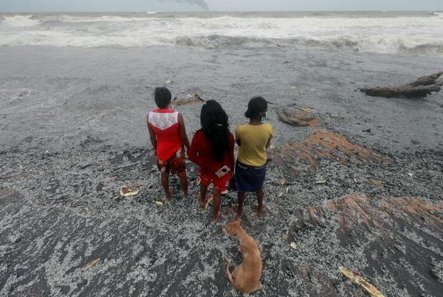 Cận cảnh tàu container chở axit cháy ngùn ngụt trên biển Sri Lanka - 9