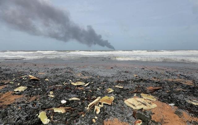 Cận cảnh tàu container chở axit cháy ngùn ngụt trên biển Sri Lanka - 10