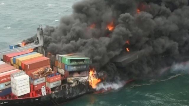 Cận cảnh tàu container chở axit cháy ngùn ngụt trên biển Sri Lanka - 8