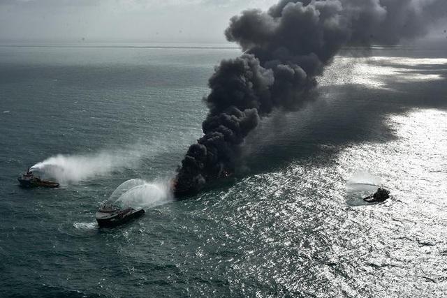 Cận cảnh tàu container chở axit cháy ngùn ngụt trên biển Sri Lanka - 3