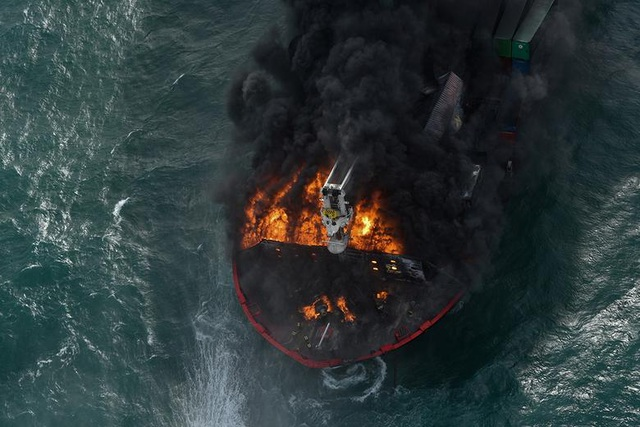 Cận cảnh tàu container chở axit cháy ngùn ngụt trên biển Sri Lanka - 2