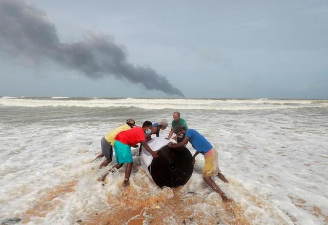 Cận cảnh tàu container chở axit cháy ngùn ngụt trên biển Sri Lanka - 7