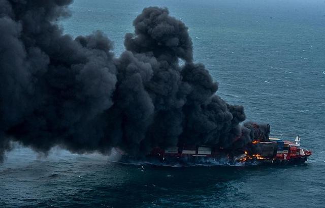 Cận cảnh tàu container chở axit cháy ngùn ngụt trên biển Sri Lanka - 6