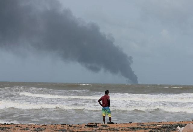 Cận cảnh tàu container chở axit cháy ngùn ngụt trên biển Sri Lanka - 4