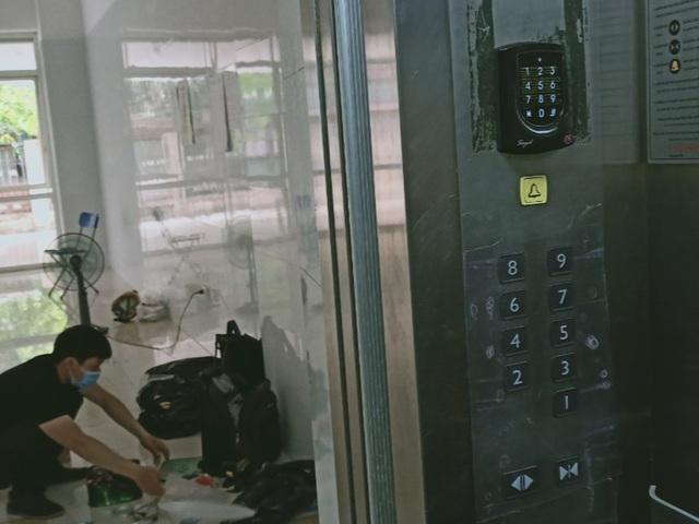 Sợ Covid-19, dân ở chung cư trang bị camera đo thân nhiệt, quẹt thẻ hạn chế - 1