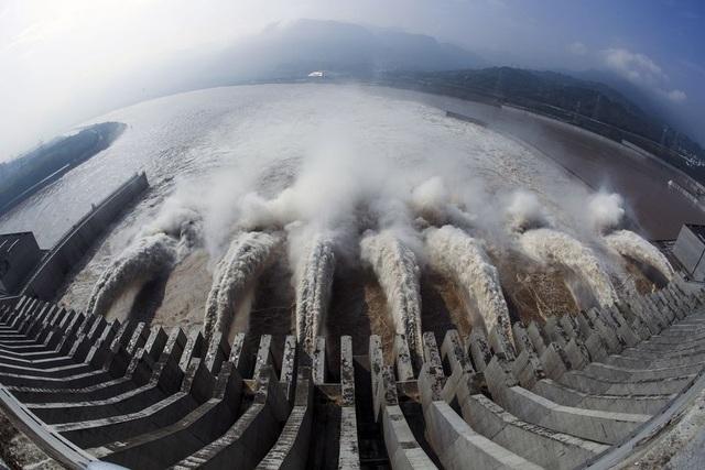 71 con sông vượt mức báo động, Trung Quốc nín thở đối phó lũ lớn - 1