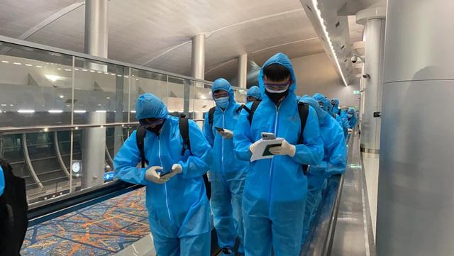 Đội tuyển Việt Nam mặc bảo hộ kín mít đặt chân tới UAE - 6