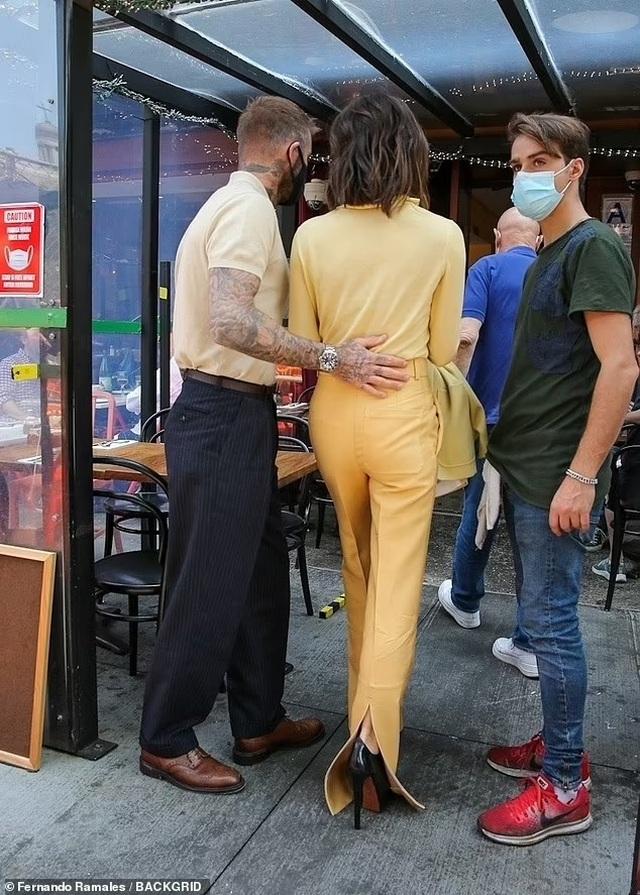 Vợ chồng Beckham nổi bật khi nắm tay trên phố - 6