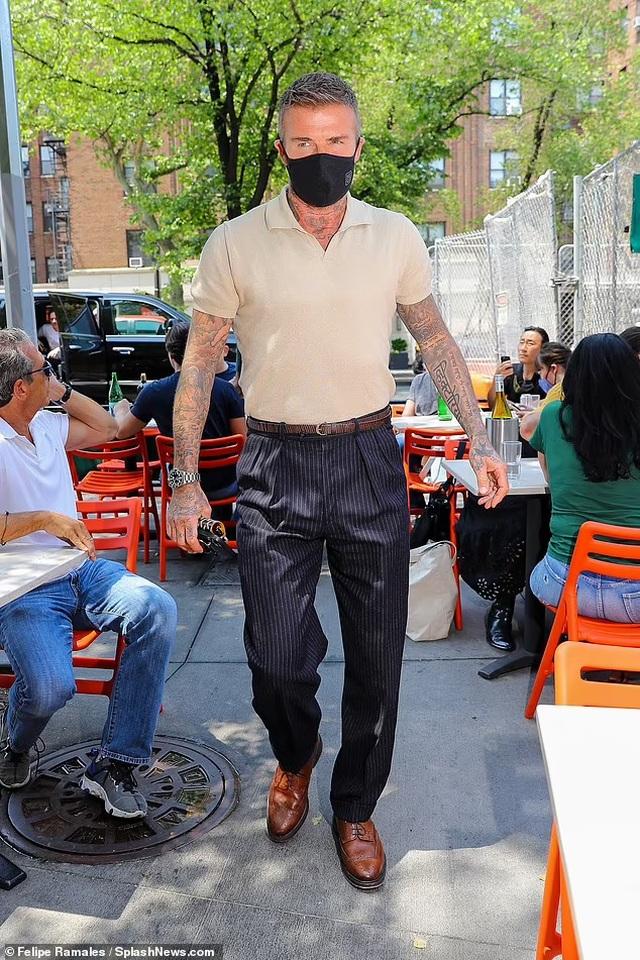 Vợ chồng Beckham nổi bật khi nắm tay trên phố - 5