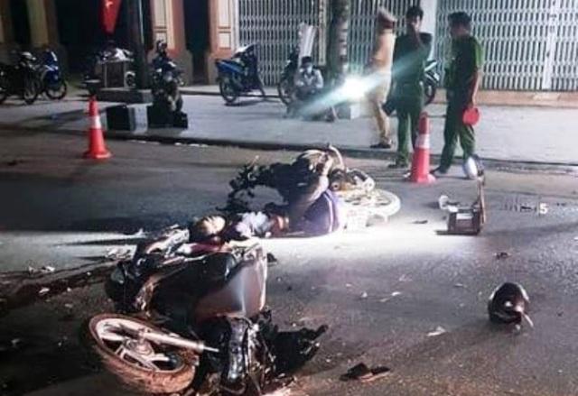 Hai xe máy đấu đầu trong đêm, 2 thanh niên tử vong - 1