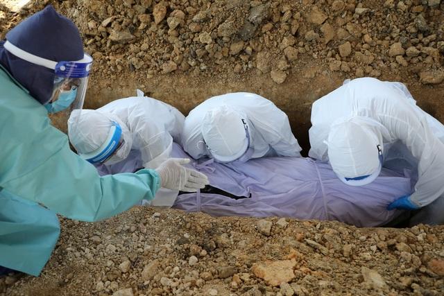 Bão Covid-19 càn quét, phu mộ Malaysia xử lý thi thể tăng gấp 30 lần - 1