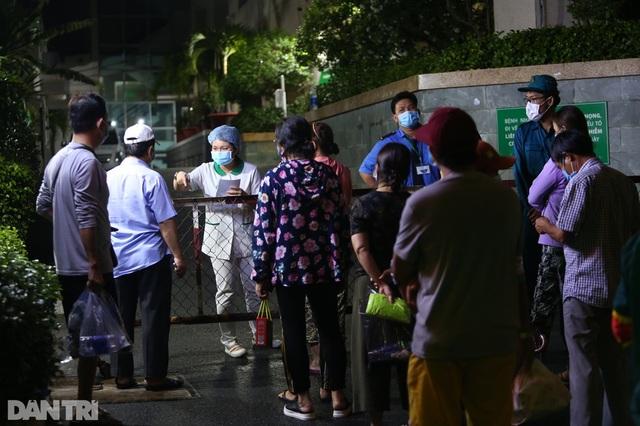 Phong tỏa Bệnh viện Hoàn Mỹ Sài Gòn, dân xếp hàng dài xin vào giữa đêm - 5