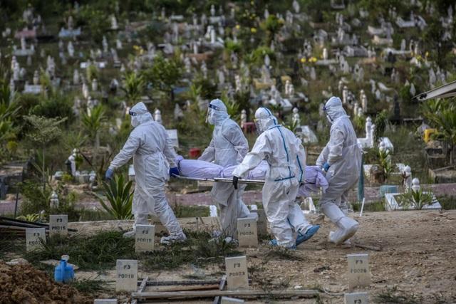 Bão Covid-19 càn quét, phu mộ Malaysia xử lý thi thể tăng gấp 30 lần - 2
