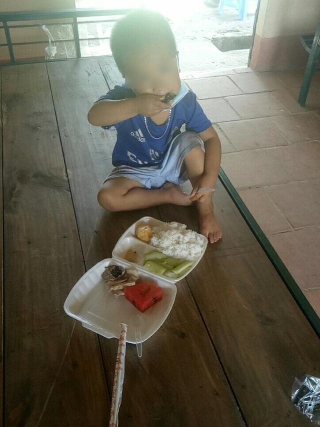 Cả gia đình đều mắc Covid-19, bé 3 tuổi vẫn ngoan ngoãn trong khu cách ly - 3