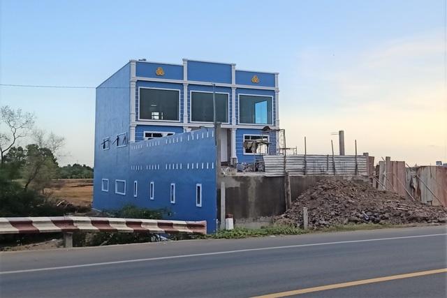 Nhà màu xanh không phép chưa dỡ, lại xuất hiện nhà gỗ nâu đỏ xây sai phép - 2
