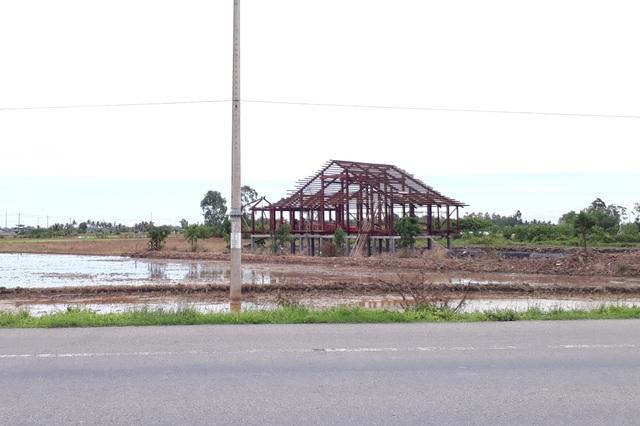Nhà màu xanh không phép chưa dỡ, lại xuất hiện nhà gỗ nâu đỏ xây sai phép - 1