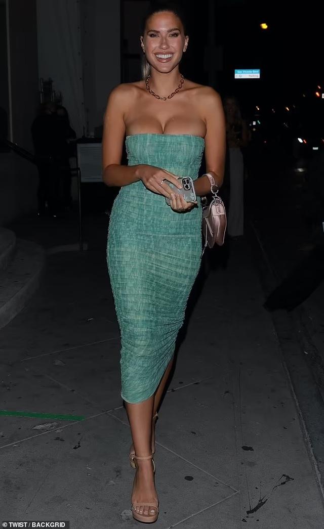 Sau tuyên bố không nâng ngực, Kara Del Toro diện váy trễ nải đi ăn tối
