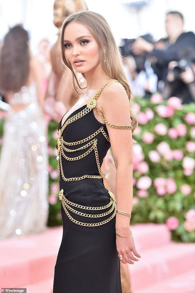Con gái cướp biển Johnny Depp mặc áo hở bạo - 5