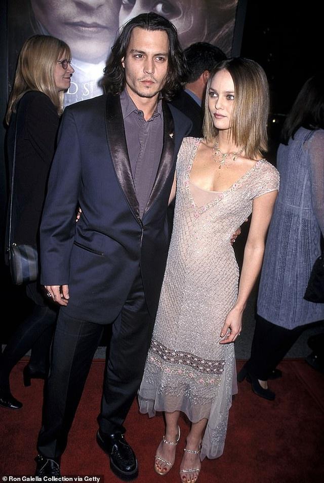 Con gái cướp biển Johnny Depp mặc áo hở bạo - 7